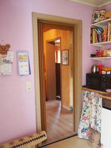Vor der Renovierung: die Küche mit Blick in den Flur