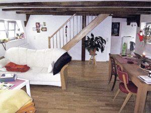 Wohnzimmer mit Treppenaufgang in das 5. OG